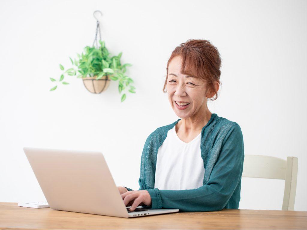 PCを開く女性